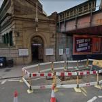 Lo scenario che si presenta fuori dalla stazione metro Parsons Green a Londra, dopo l'esplosione avvertita come una palla di fuoco dai presenti
