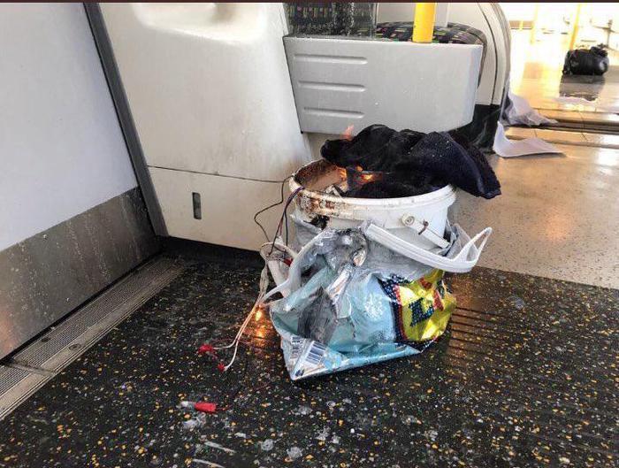 Il contenitore rudimentale pieno di esplosivo che è esploso alle 8.20 di questa mattina tra i presenti nella metro.