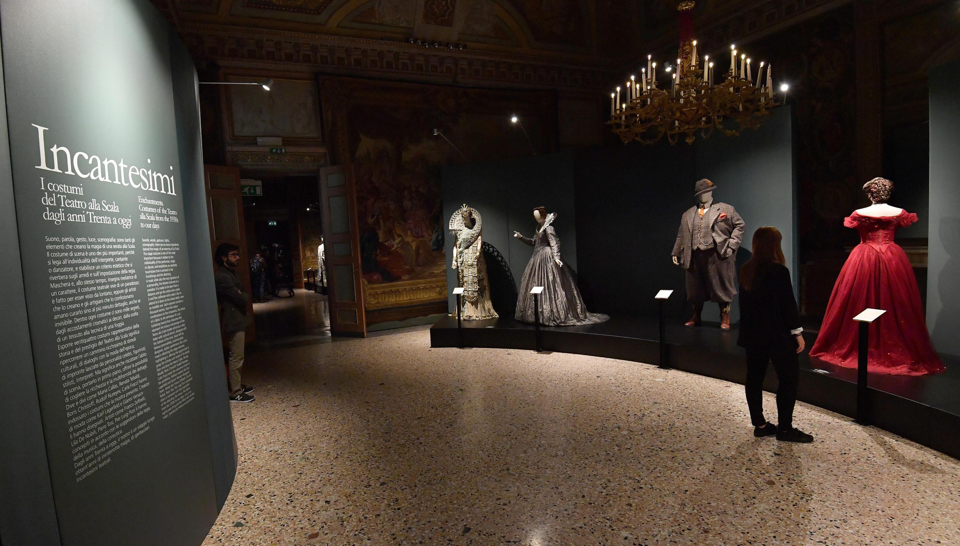 Sono ventiquattro gli abiti esposti nelle sale di Palazzo Reale