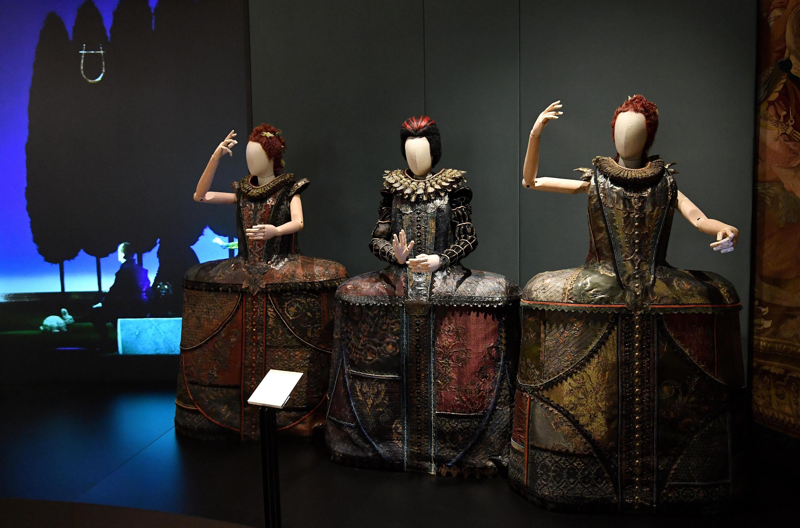 L'esposizione è un omaggio ai grandi artisti che hanno reso grande il teatro milanese