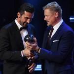 Gianluigi Buffon riceve il premio da Peter Schmeichel, storico portiere del Manchester Utd