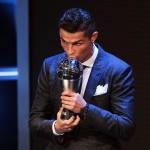 Cristiano Ronaldo riceve il premio come miglior giocatore dell'anno