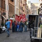 Una delle scene del film in cui viene riprodotta la protesta dei lavoratori contro Bettino Craxi
