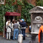 L'ingresso del finto Hotel Raphael riprodotto per l'occasione sfruttando un bar di Borgo Pio