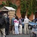 Alcuni attori davanti all'ingresso del finto Hotel Raphael
