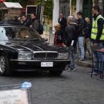 L'attrice Marina Rocco guida l'auto su cui c'è Bettino Craxi che sta lasciando l'Hotel Raphael