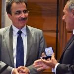 Il Magnifico Rettore Francesco Bonini consegna a Pietro Grasso il sigillo dell'Università