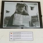 Juan Lebras, proprietario della Casa del Telegrafista, in una foto con una copia del Diario in Bolivia del Che