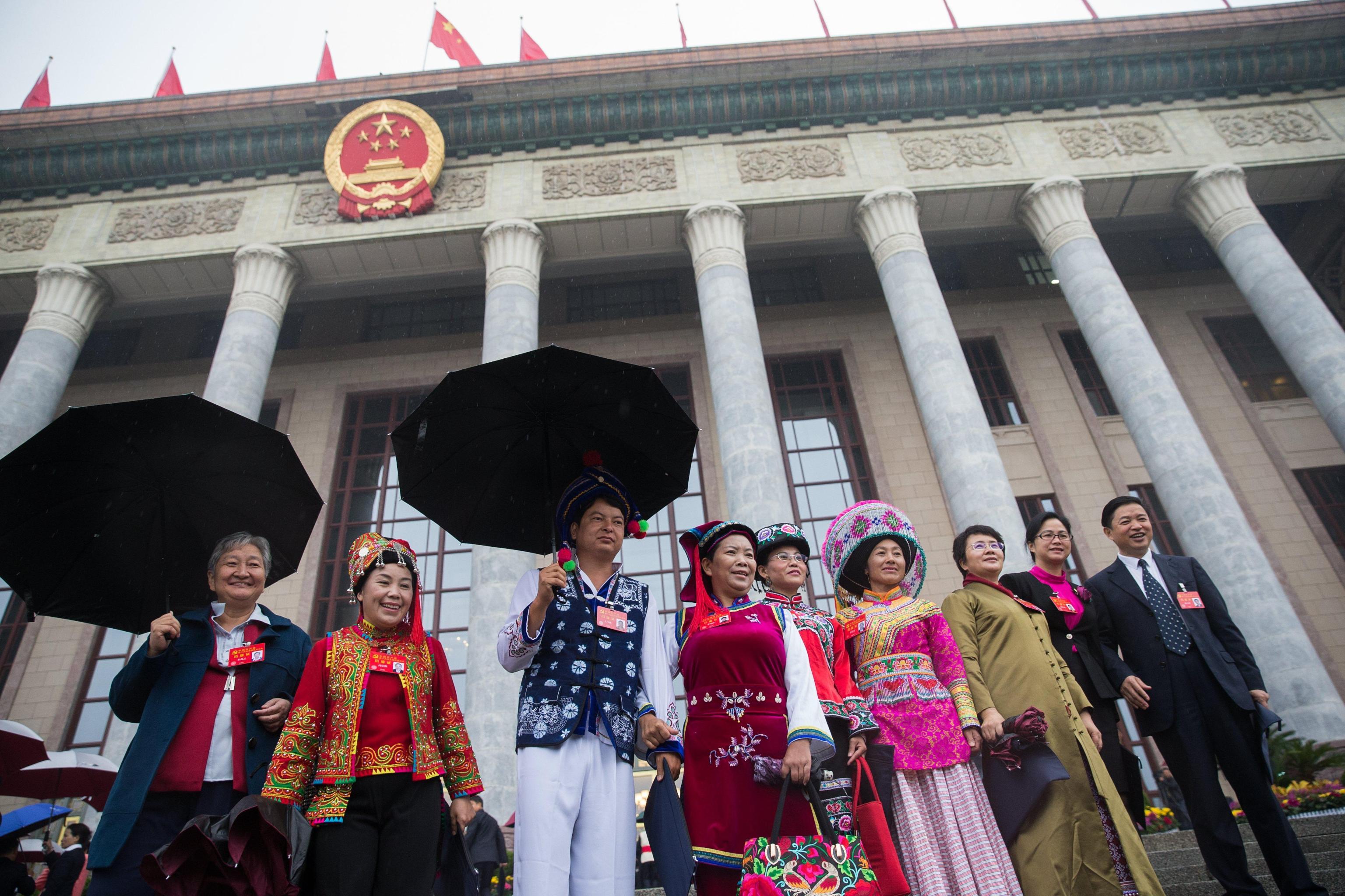 I delegati minori vestono costumi tradizionali per la cerimonia di apertura