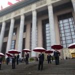 Il dispiegamento delle forze di sicurezza attorno alla Great Hall of the People su Piazza Tiananmen