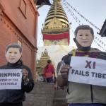 Attivisti tibetani esiliati inscenano una protesta a Kathmandu, in Nepal, vestendo maschere che rappresentano il Presidente cinese Xi Jinping