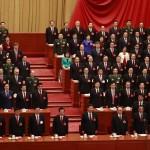 Il Presidente Xi Jinping, il premier Li Keqiang ed alle loro spalle i delegati, in piedi durante la cerimonia di apertura