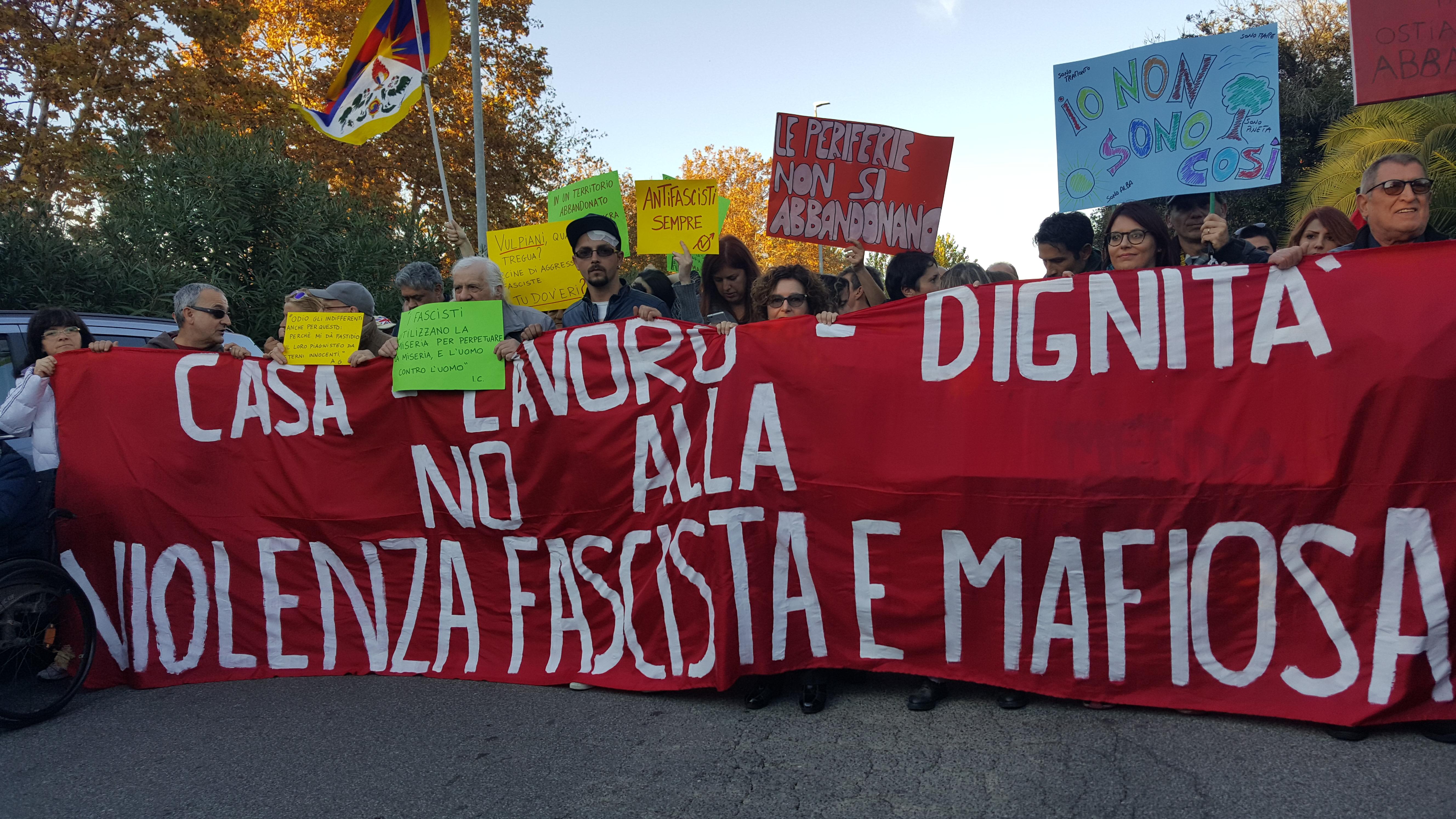 Lo striscione di apertura del corteo di sabato 11 novembre, a Ostia