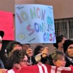 Uno dei cartelli portati dai cittadini in corteo contro le mafie e il fascismo a Ostia, sabato 11 novembre