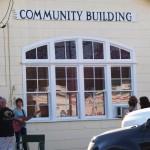 La gente si raccoglie nella sede della comunità di Sutherland Springs