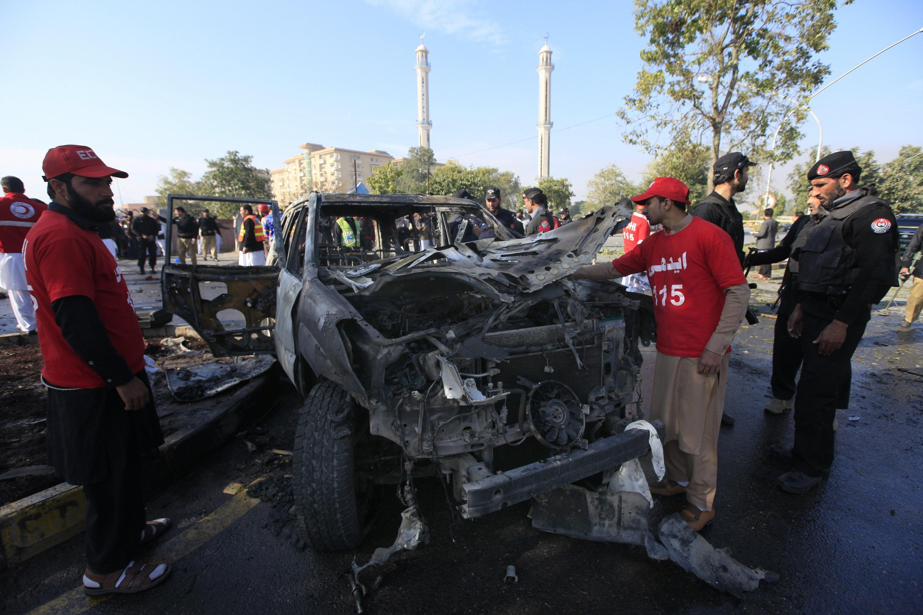 I resti dell'automezzo sul quale viaggiavano i tre poliziotti