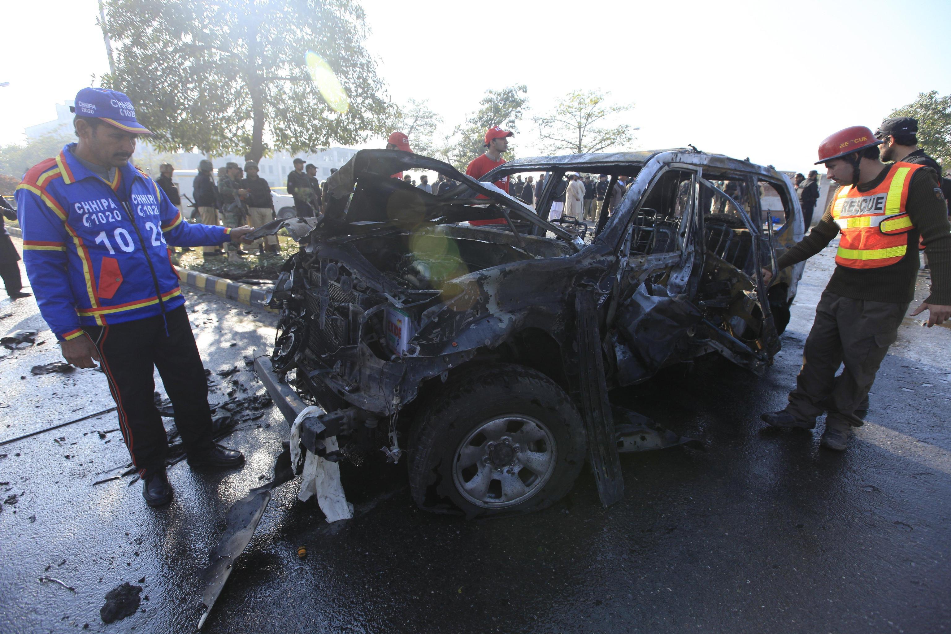 Tre persone hanno perso la vita nell'attentato: un ufficiale di polizia e due suoi aiutanti