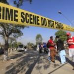 Gli ufficiali di sicurezza di Peshawar ispezionano la zona dopo l'attentato