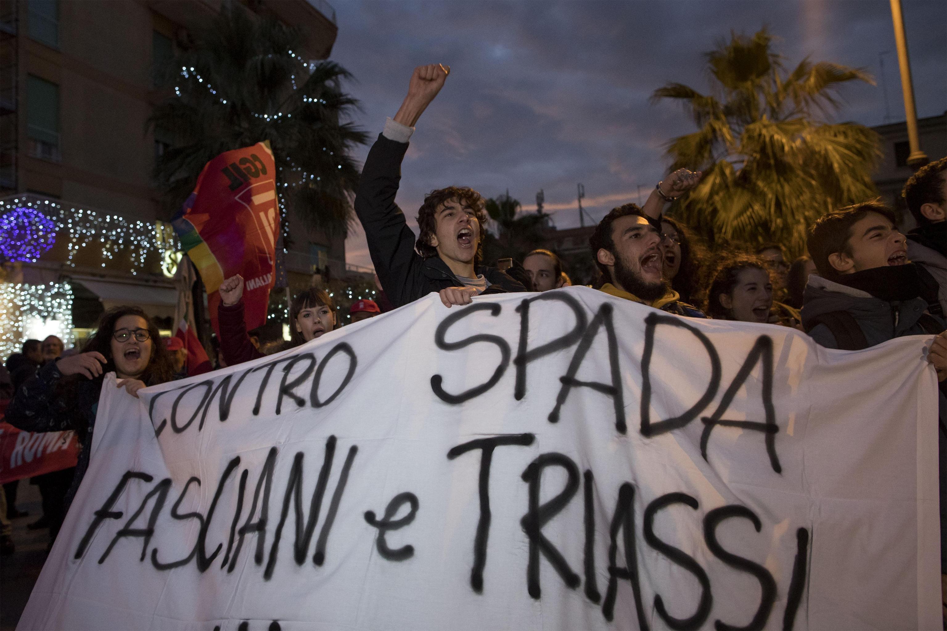 Ostia, uno degli striscioni della manifestazione di giovedì 16 novembre