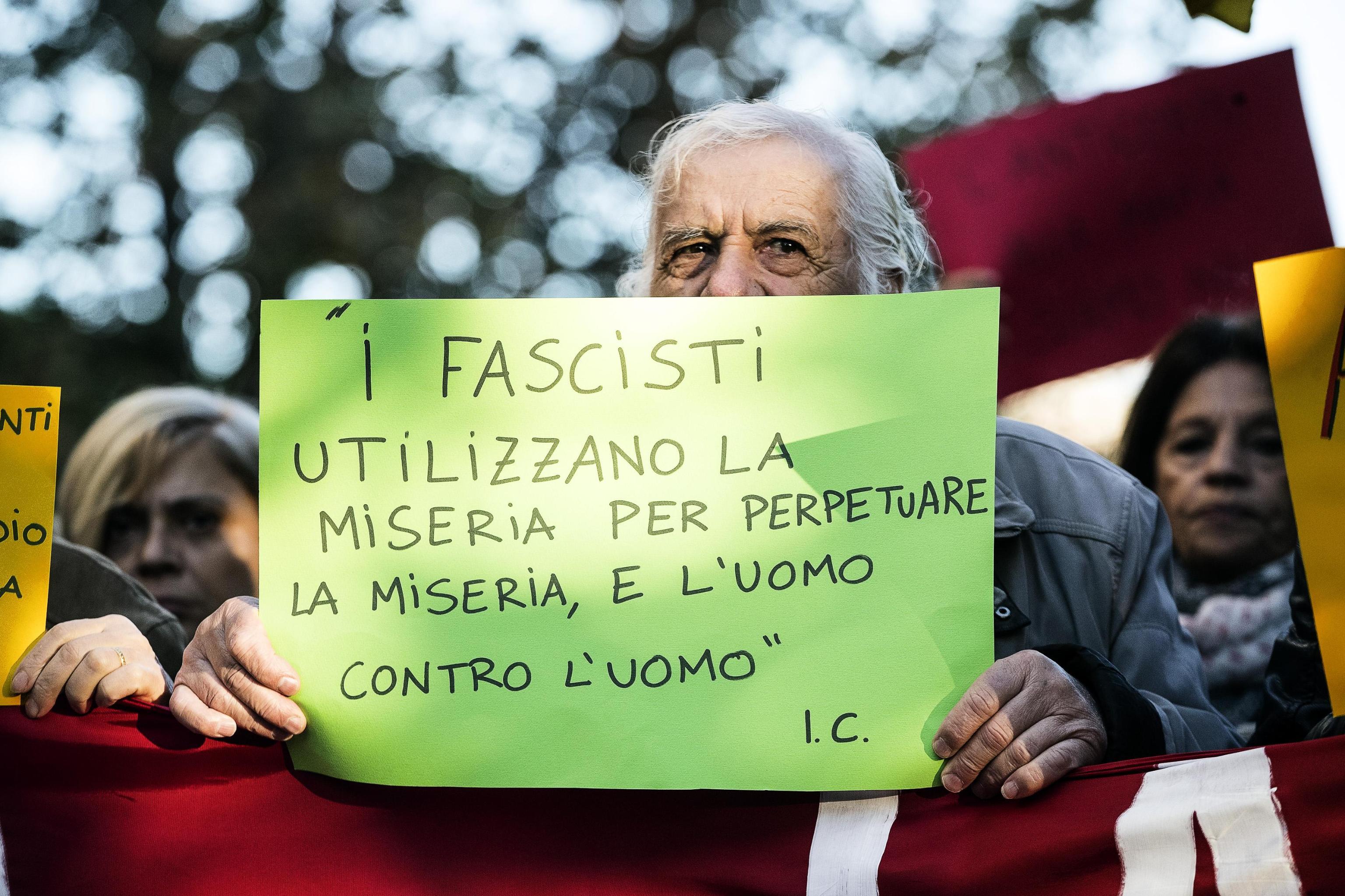 Uno dei cartelli del corteo contro mafie e fascismo a Ostia, sabato 11 novembre