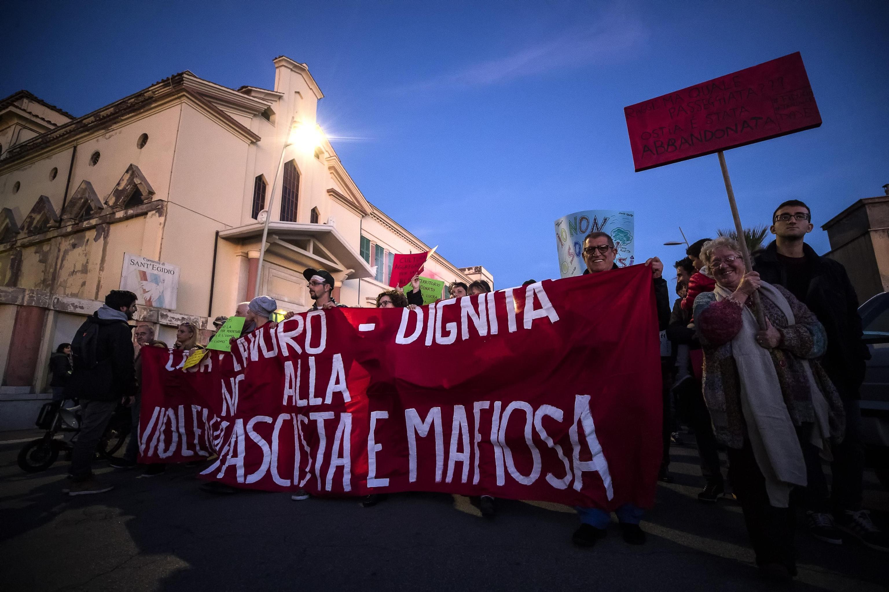 """Lo striscione di apertura del corteo di sabato: """"No alla violenza fascista e mafiosa"""""""