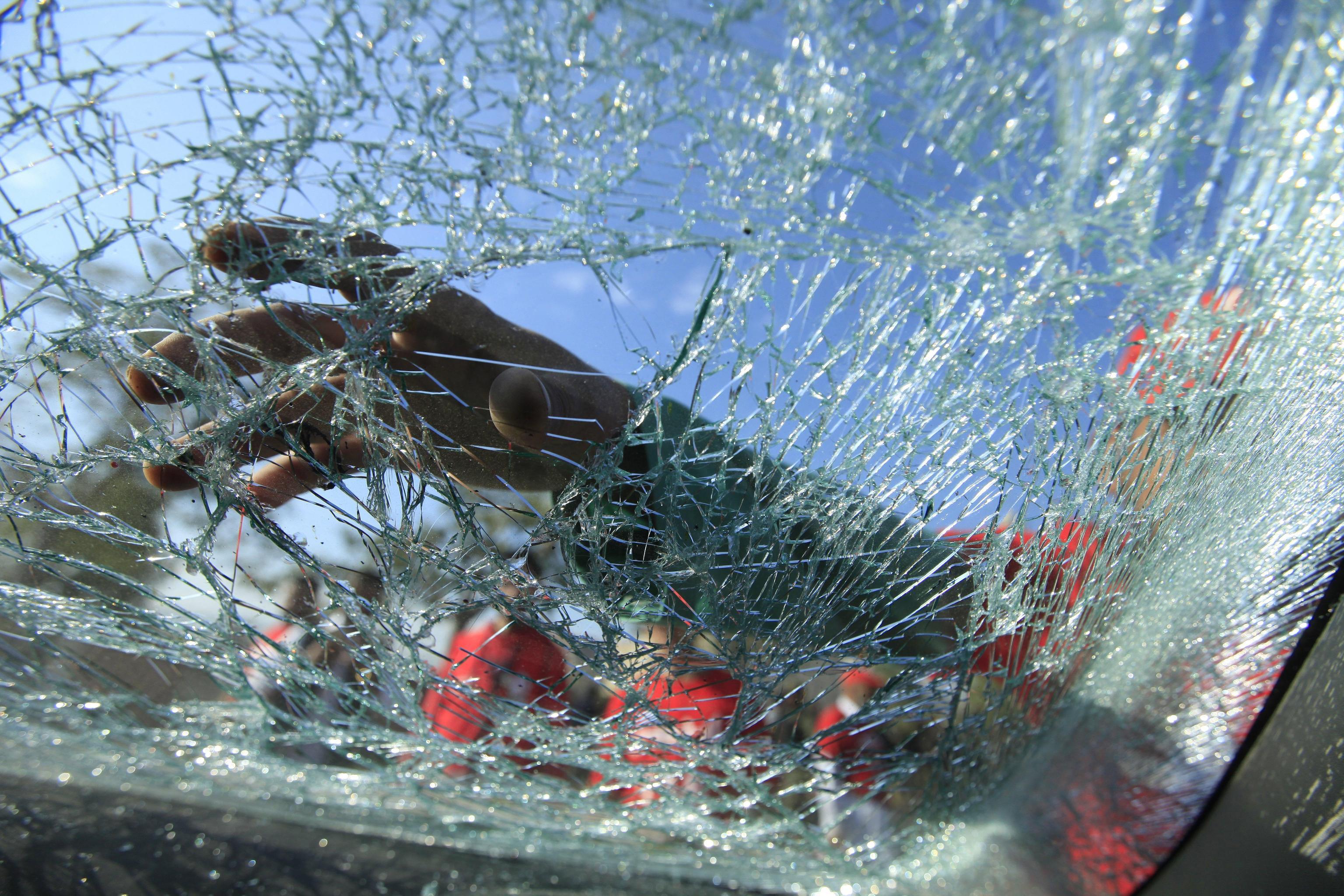 Il vetro frantumato dell'auto colpita dalla moto-bomba