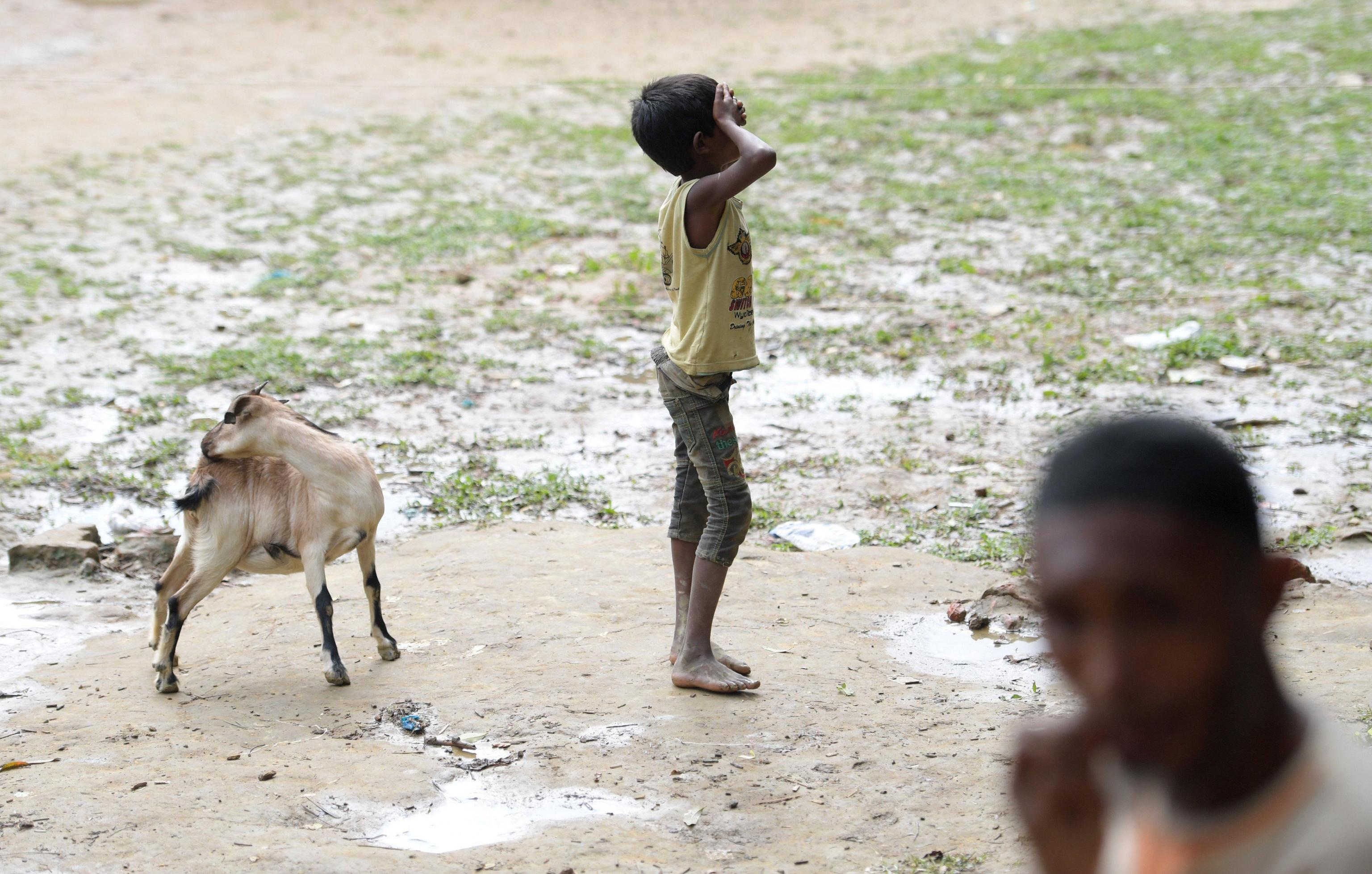 Un bimbo in evidente stato di indigenza