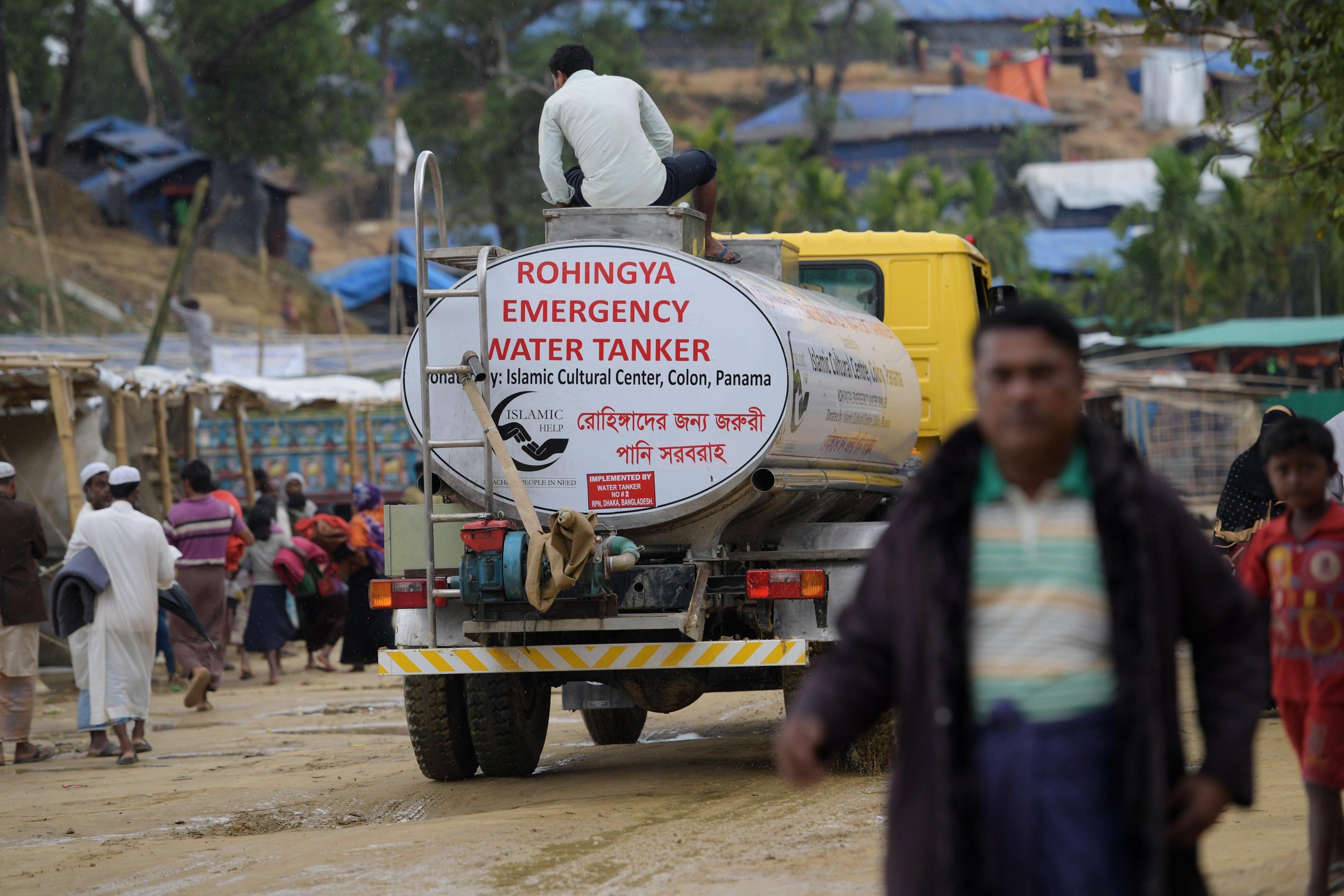 """Una cisterna per la distribuzione dell'acqua che reca la scritta """"Emergenza Rohingya"""""""