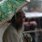 Un uomo attraverso le strade del campo profughi di Balukhali, vicino Cox's Bazar
