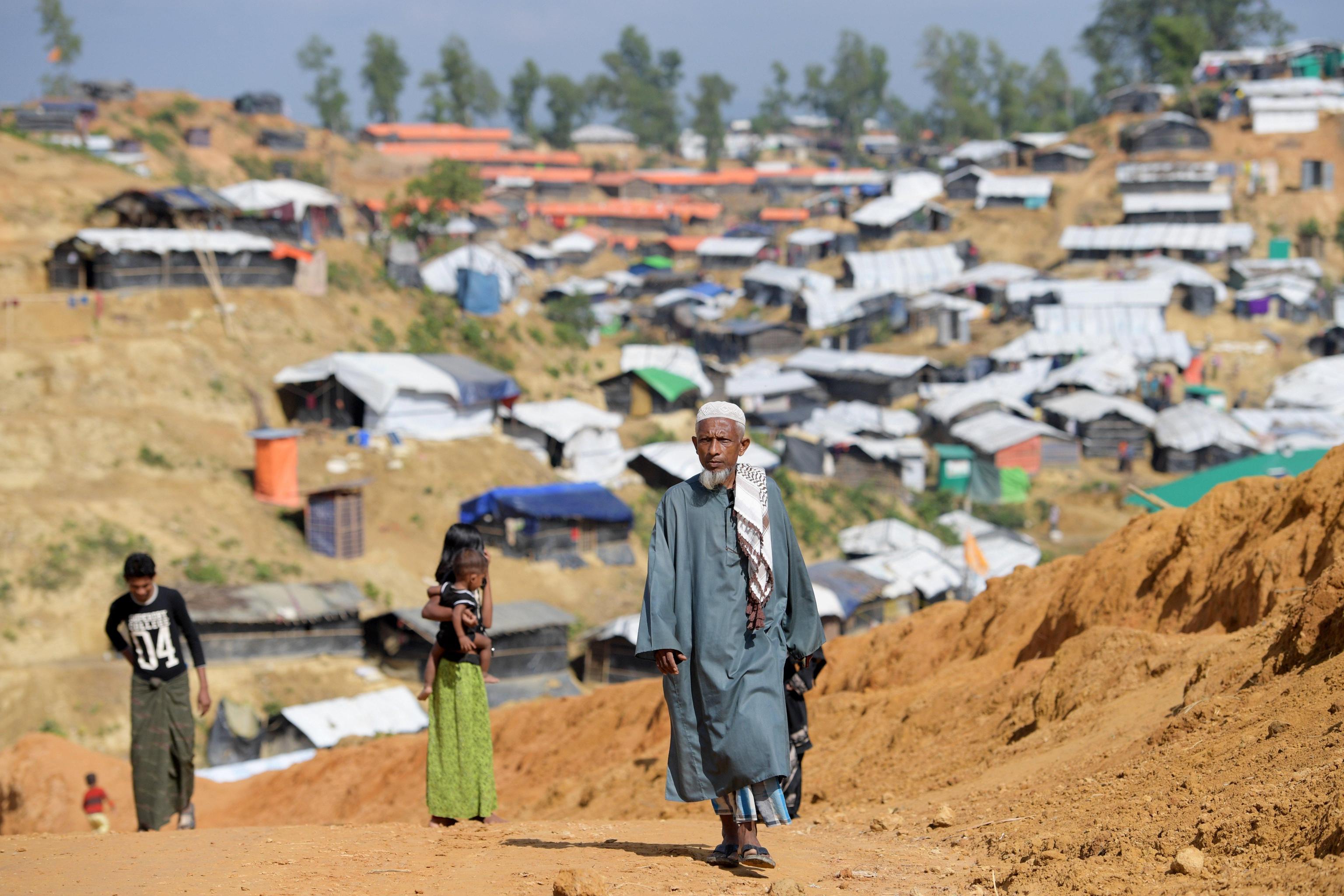 Un uomo cammina lungo un sentiero del campo di Balukhali