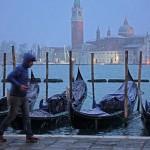 Uomo corre sotto la neve sul lungomare veneziano