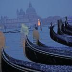 Le gondole di Venezia imbiancate da ieri pomeriggio
