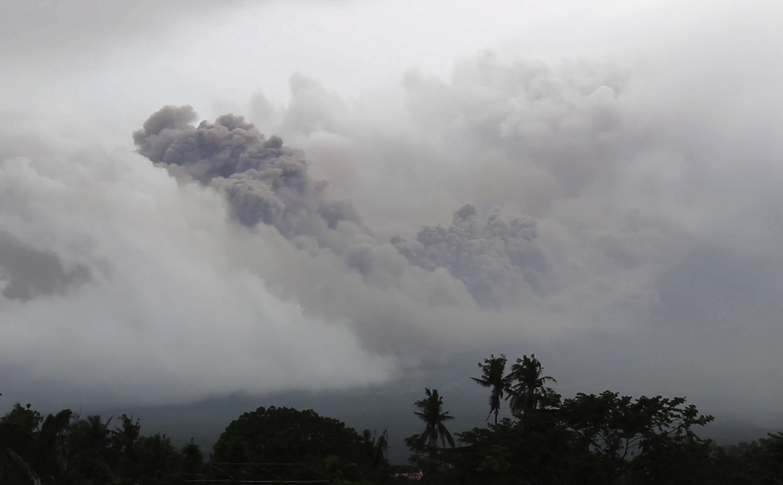 La nube di cenere piroclastica del vulcano Mayon visto dalla città di Legazpi, nella provincia di Albay