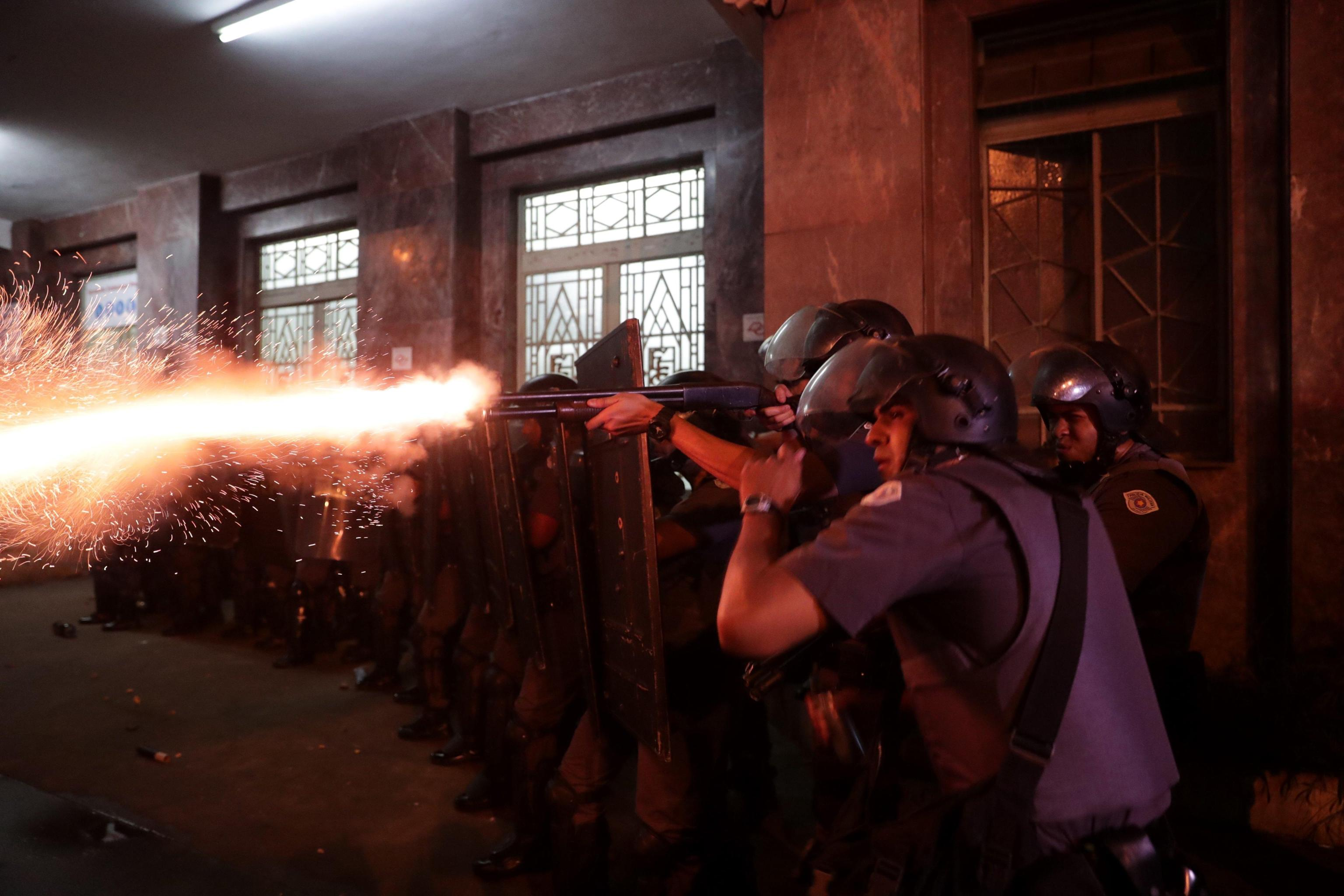 Un momento degli scontri tra manifestanti e forze dell'ordine