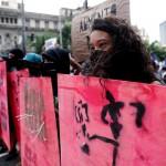 Una ragazza in prima fila nelle manifestazioni