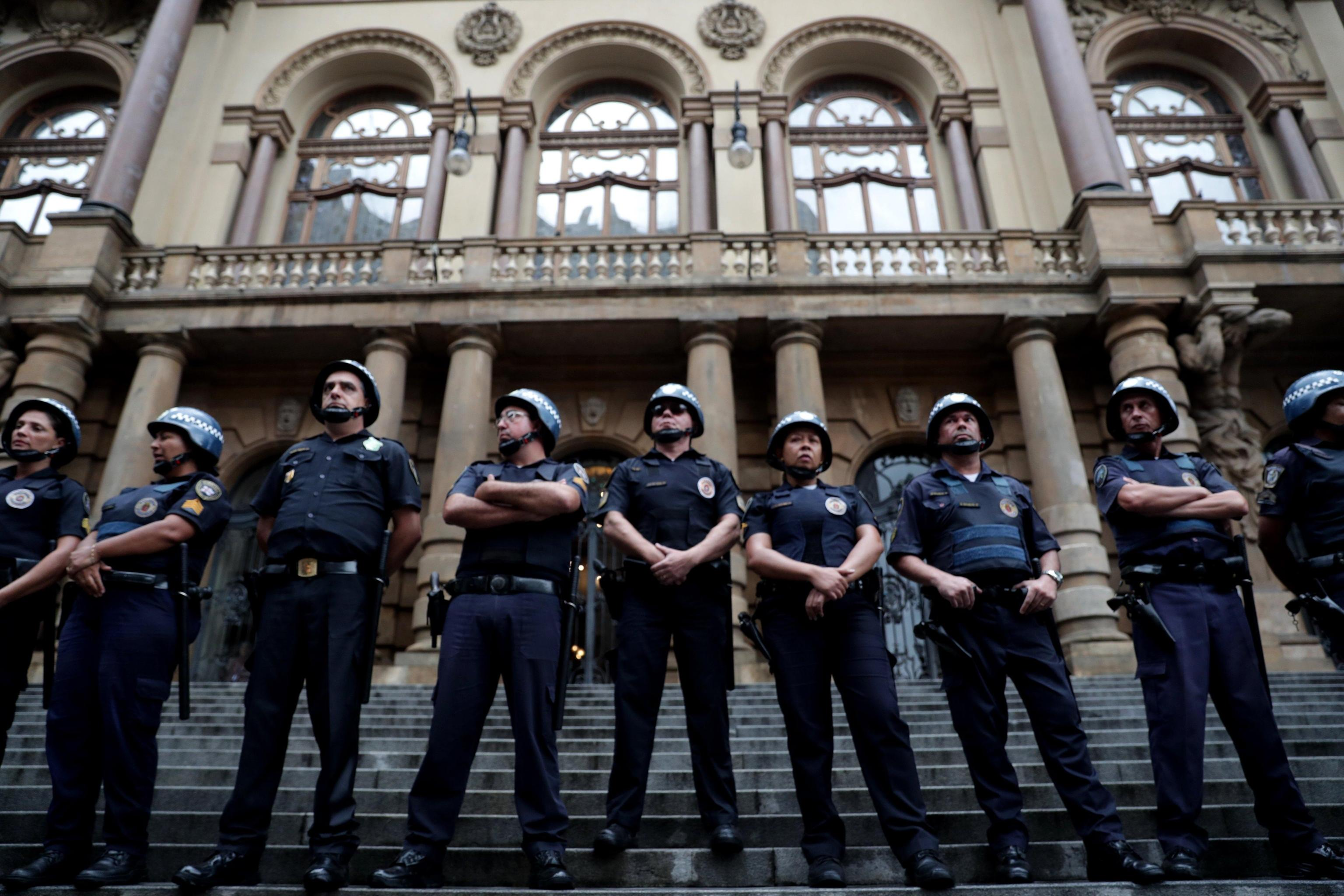 Agenti in assetto antisommossa