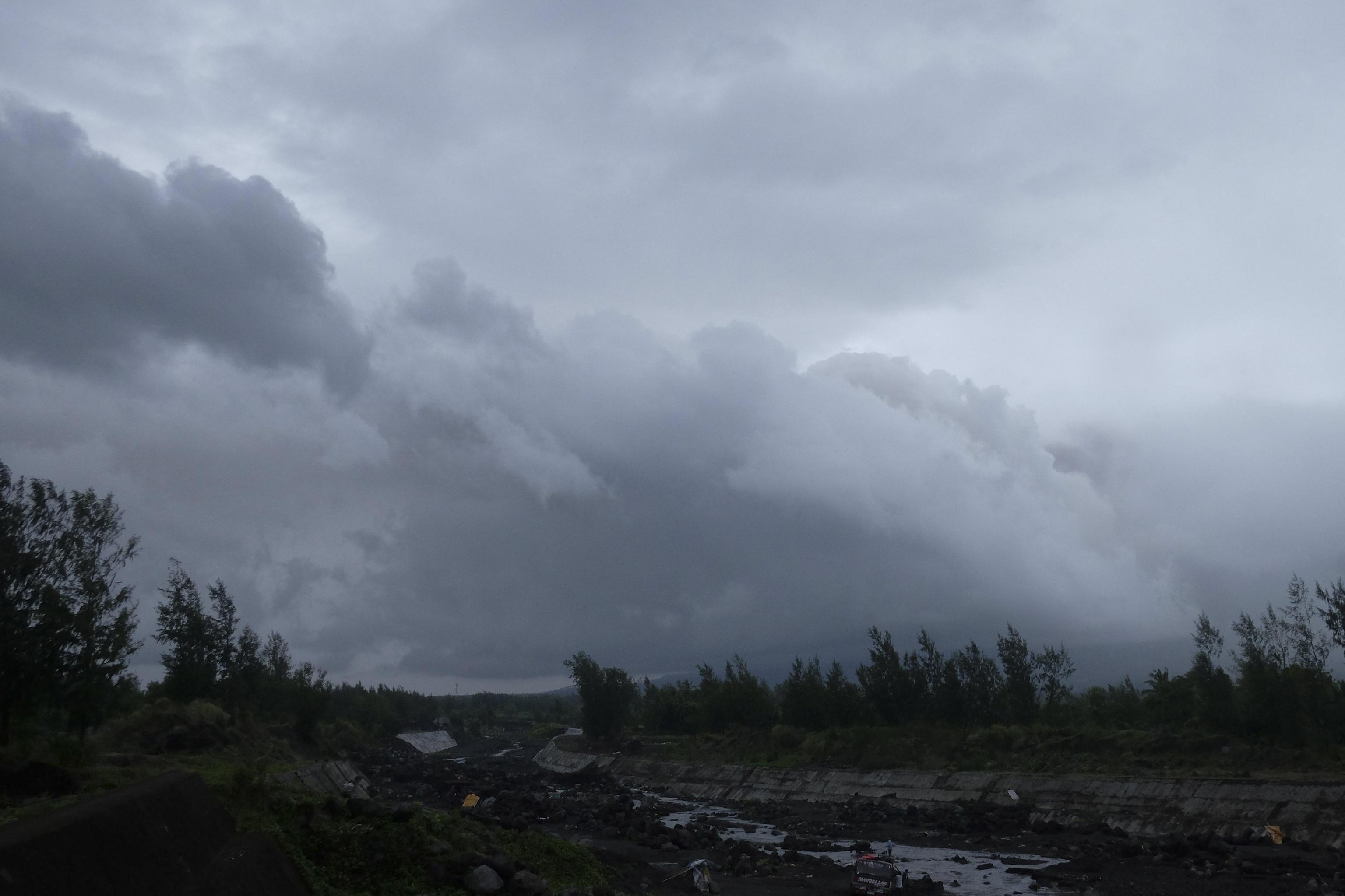 Una veduta del vulcano Mayon coperto da nuvole di cenere visto dalla città di Camalig, provincia di Albay
