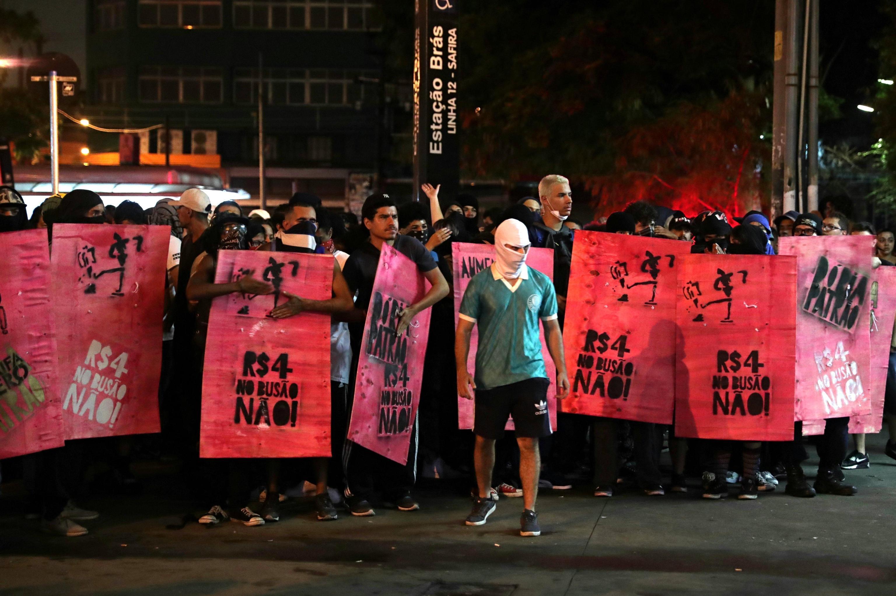 La testa del corteo, guidata da un manifestante con il volto coperto