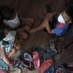 I residenti locali si rifugiano in un centro di evacuazione dopo che la protezione civile ha alzato il livello di allerta a causa della possibilità di un'eruzione pericolosa del vulcano