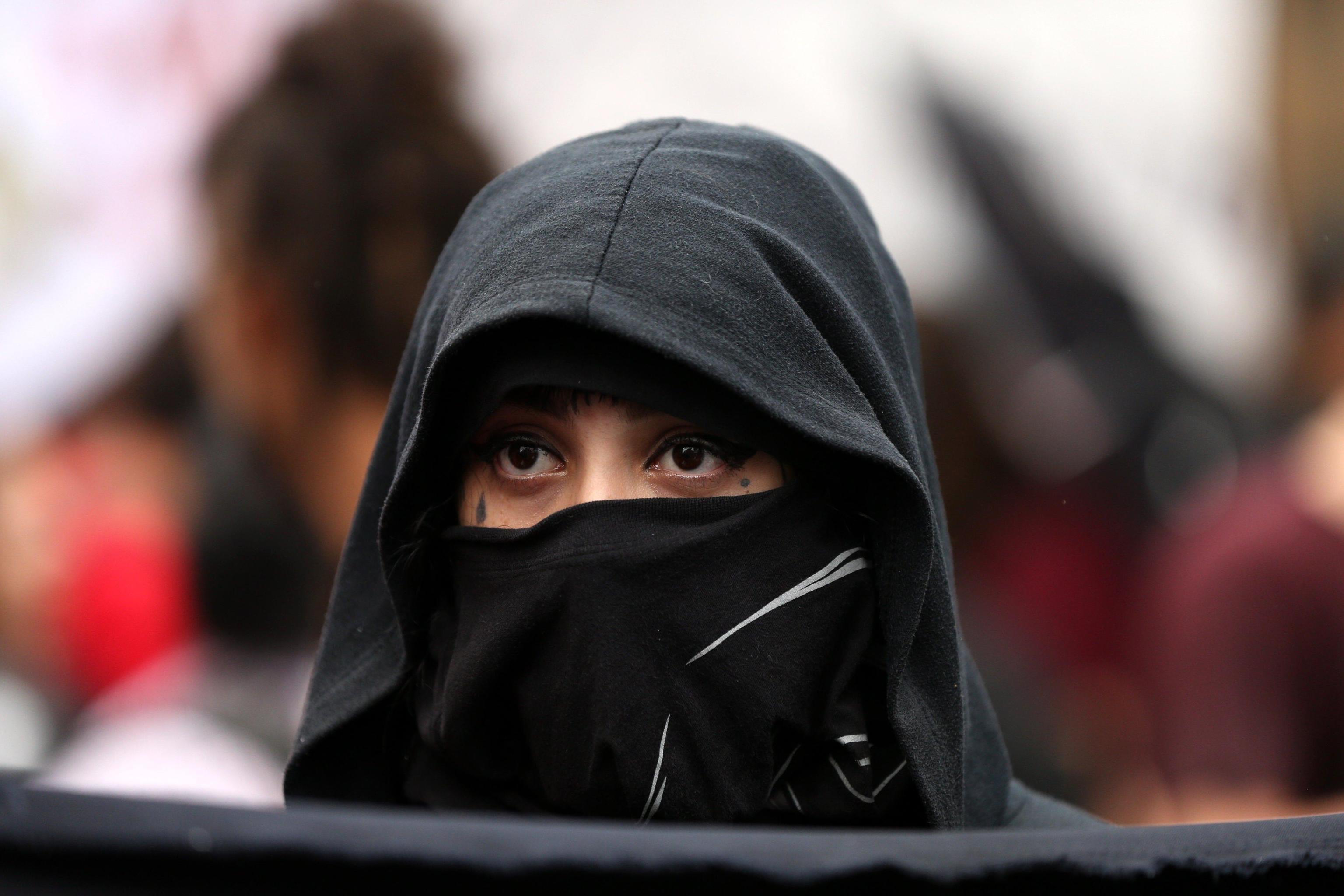 Un volto della protesta che lascia intravedere solo gli occhi
