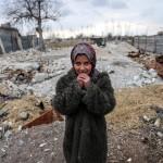 Shaima, una bambina siriana, è accanto alle macerie. Ora vive nell'accampamento vicino