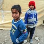 Bambini sfollati davanti a una tenda