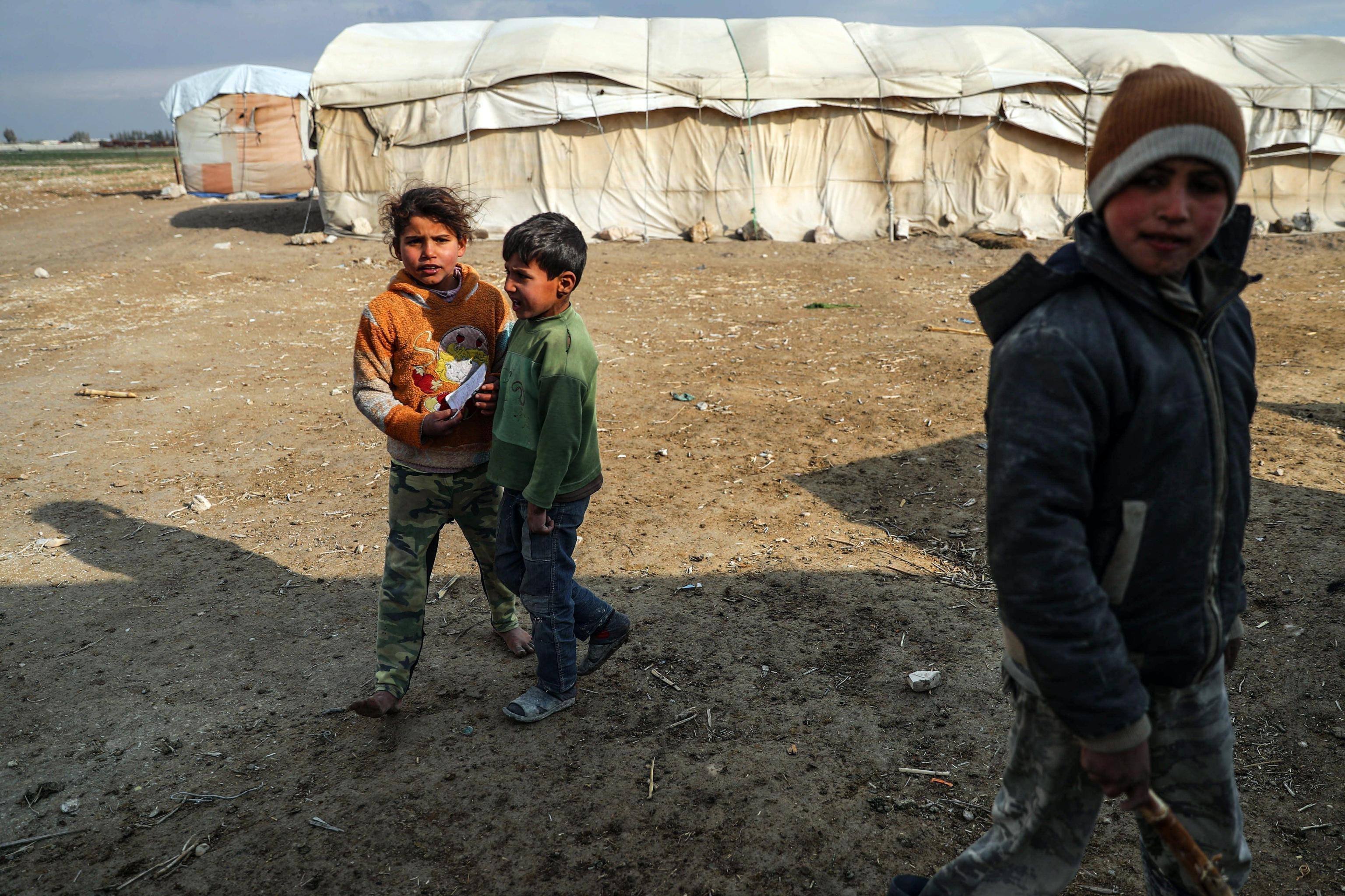 Bambini siriani sfollati giocano nel loro accampamento ad al-Asha'ari