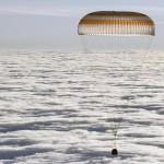 La capsula Soyuz appena sopra le nuvole. Tra poco toccherà Terra
