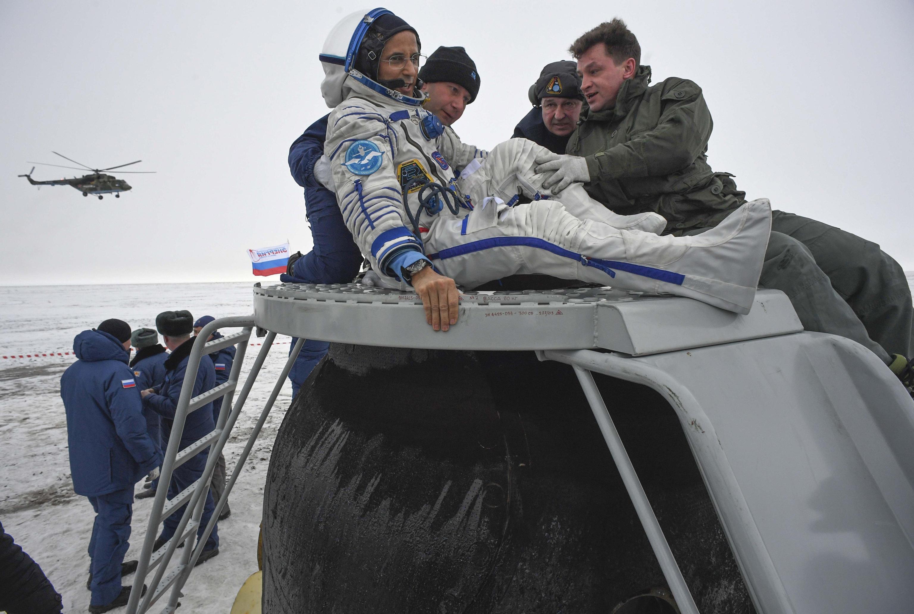 Il personale aiuta l'astronauta della Nasa, Joe Acaba, a uscire dalla capsula