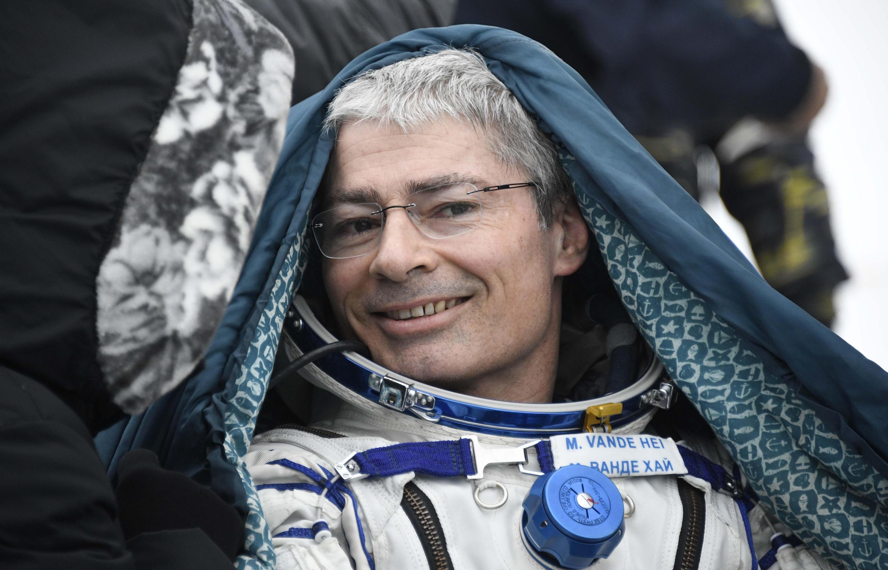 Mark Thomas Vande Hei (Falls Church, 10 novembre 1966) è un astronauta statunitense. Era partito con i colleghi Misurkin e Acaba il 12 settembre 2017