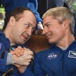 L'astronauta russo della Roscosmos, Alexander Misurkin, stringe la mano al cosmonauta della Nasa, Mark Vande Hei, durante la conferenza stampa