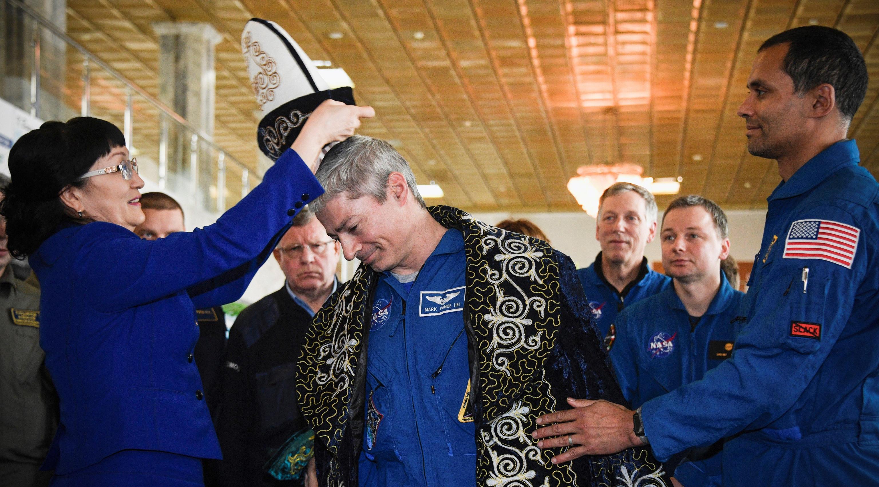 Al termine della conferenza stampa viene donato un tipico copricapo del Kazakistan all'astronauta statunitense Mark Vande Hei