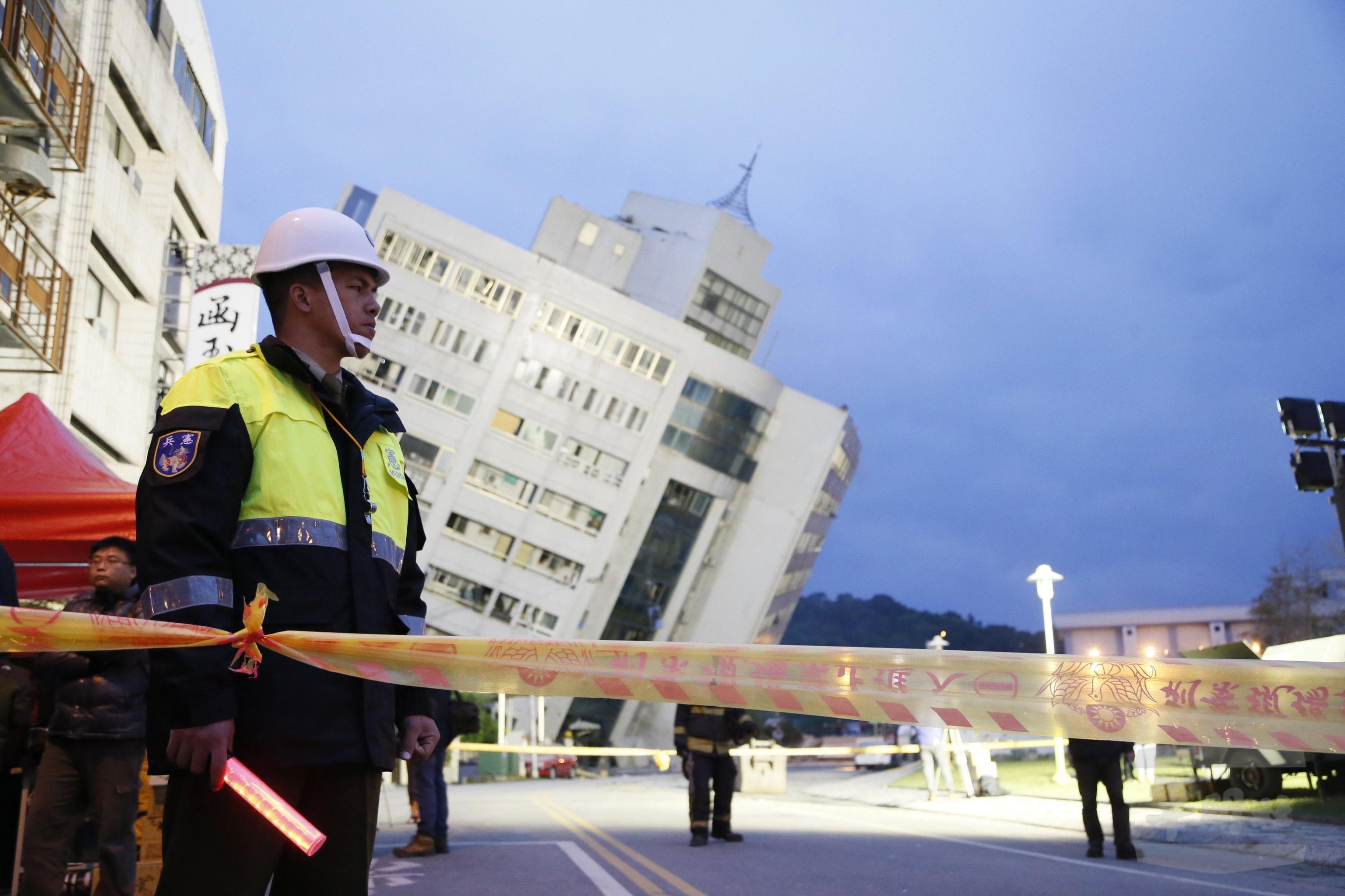 Edifici distrutti o inclinati dopo il terremoto devastante