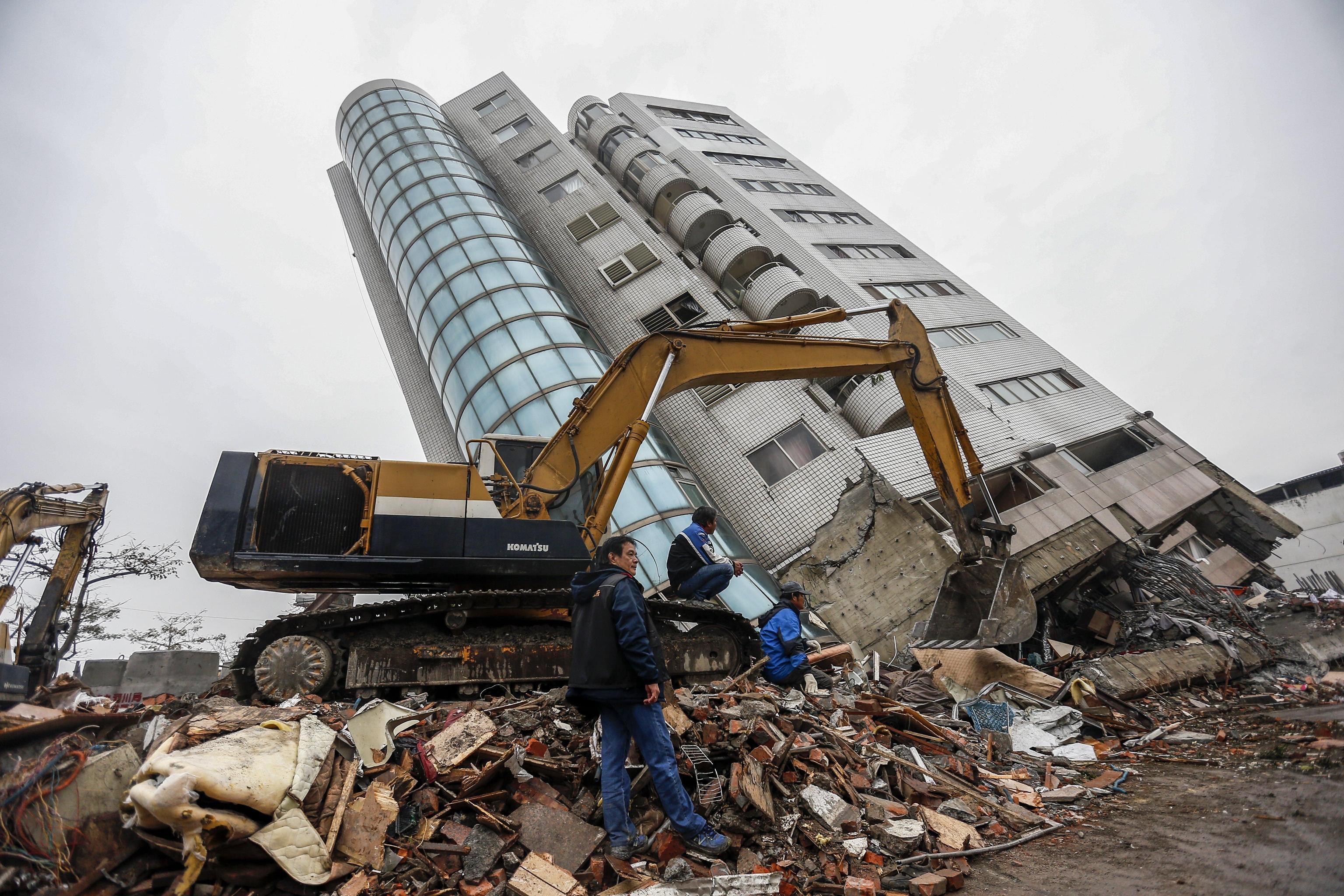 I mezzi all'opera per spostare le macerie degli edifici crollati